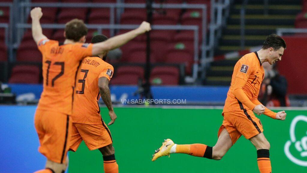 Berghuis ăn mừng bàn mở tỉ số cùng đồng đội.