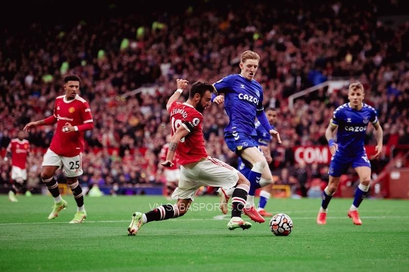 Pha kiến tạo của Bruno Fernandes giúp Martial đưa Man United vươn lên dẫn trước