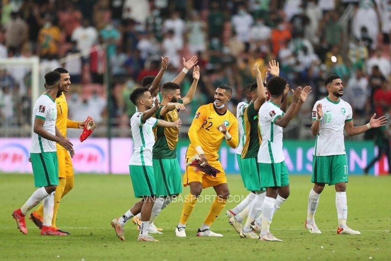 Các cầu thủ chủ nhà ăn mừng niềm vui chiến thắng