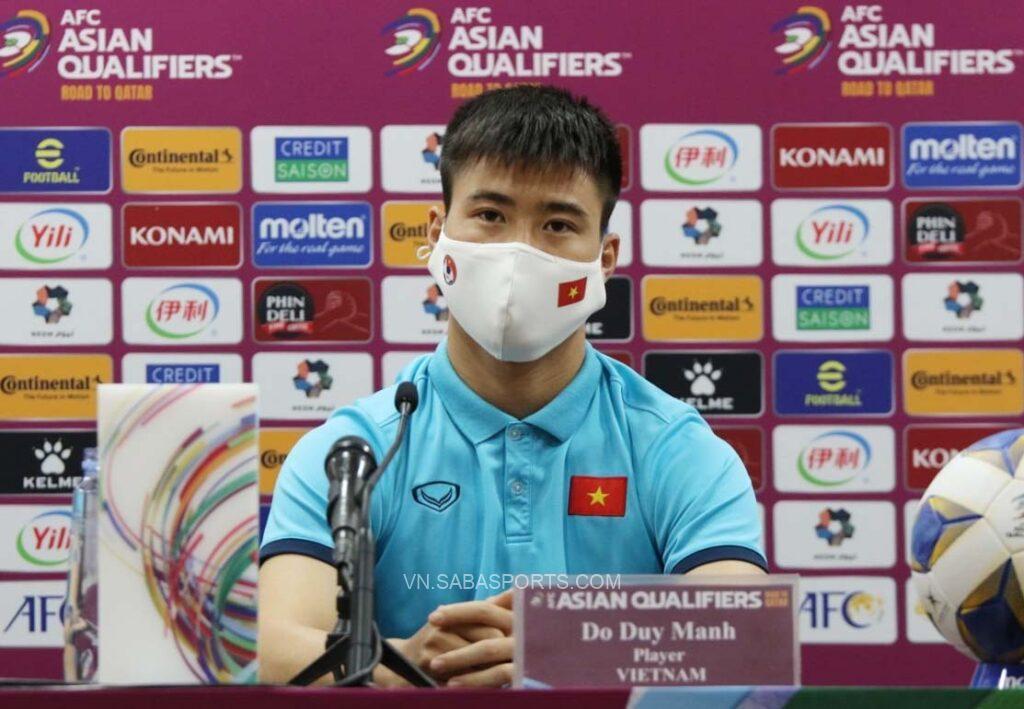 Duy Mạnh trong buổi họp báo trước cuộc đấu với ĐT Trung Quốc