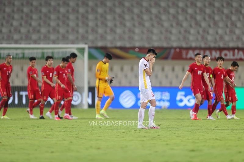Trung vệ Thanh Bình đã không kìm nổi nước mắt sau trận đấu