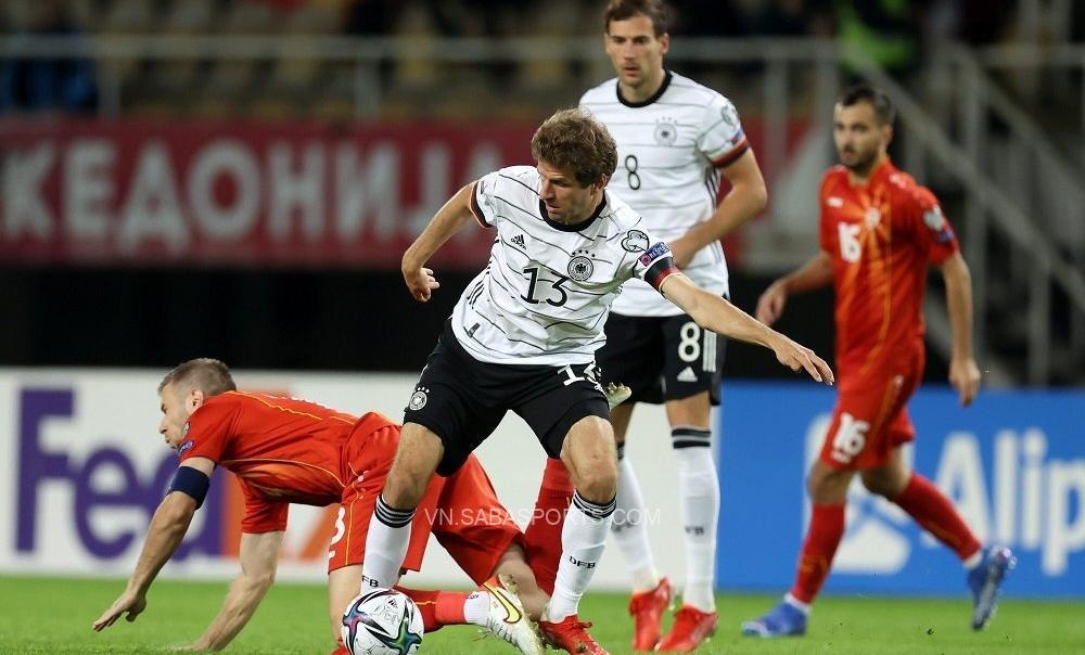 Muller và các đồng đội gặp khó trước hàng thủ vững chắc của Bắc Macedonia trong 45 phút đầu trận