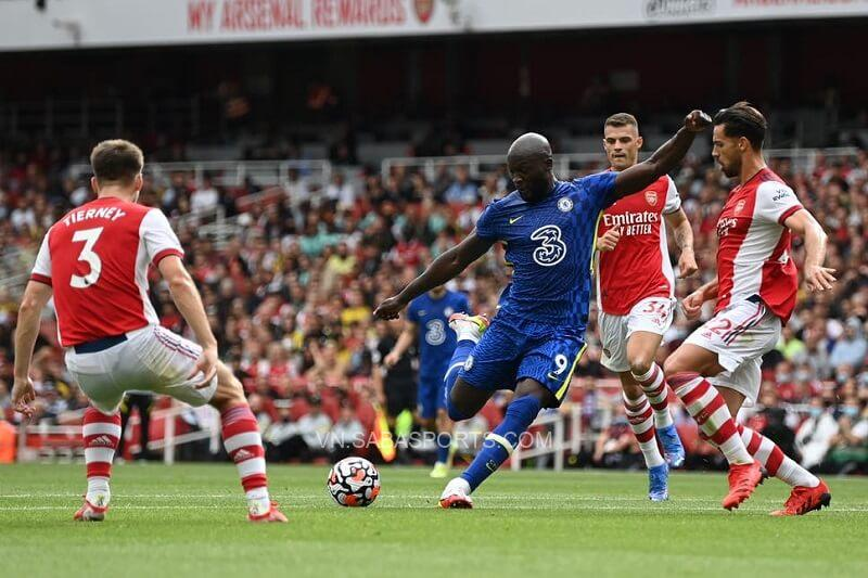 Lukaku không ngại tiến về phía đối thủ. (Ảnh: Evening Standard)