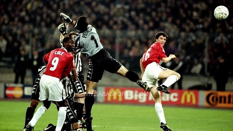 Roy Keane đánh đầu thành bàn. (Ảnh: Twitter)
