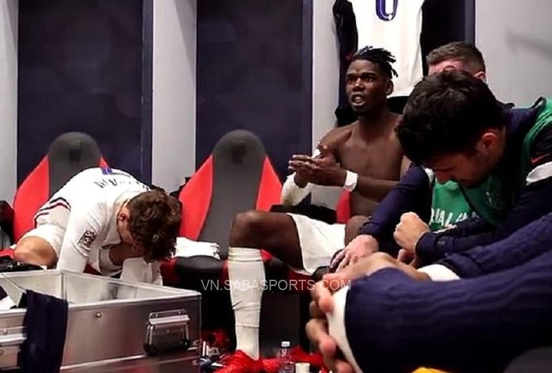 Pogba trong phòng thay đồ. (Ảnh: Daily Mail)