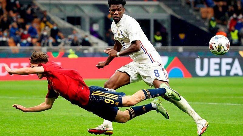 Tchouameni trong một tình huống tranh chấp với cầu thủ Tây Ban Nha. (Ảnh: Futbol Total)