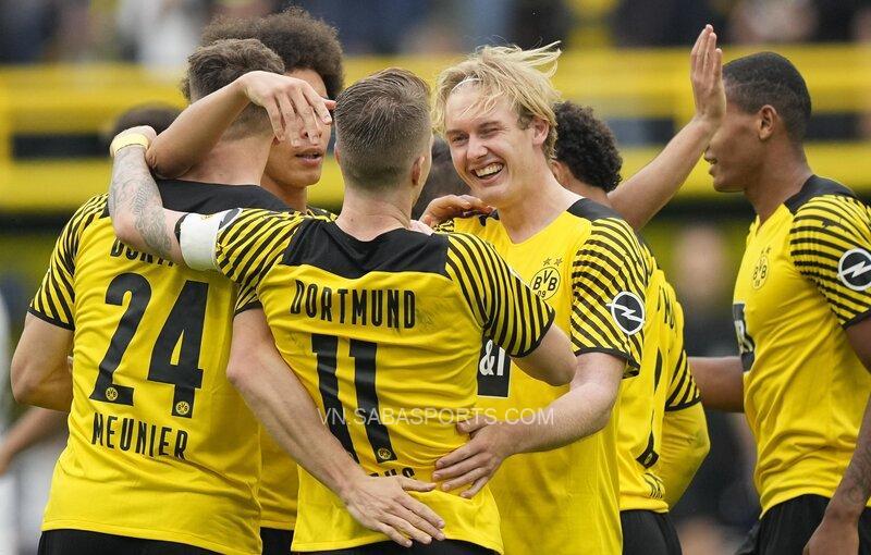 Reus ăn mừng cùng các đồng đội
