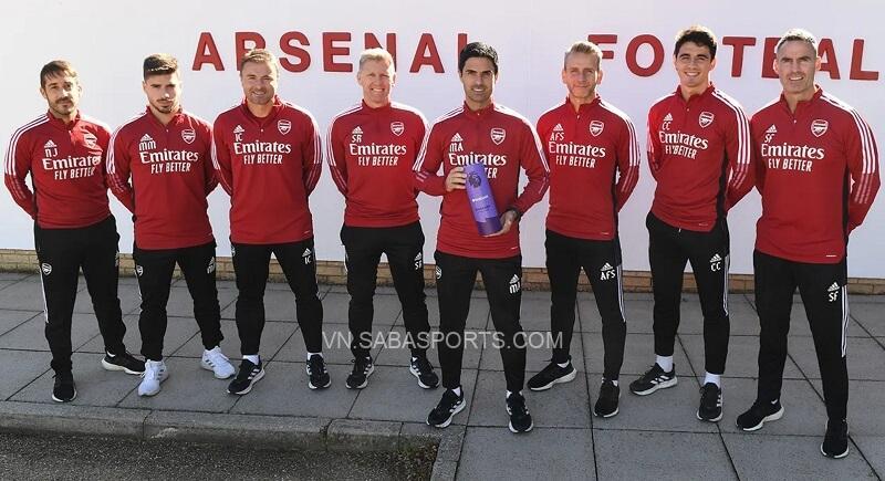 Arteta chụp hình cùng các cộng sự. (Ảnh: Premier League)