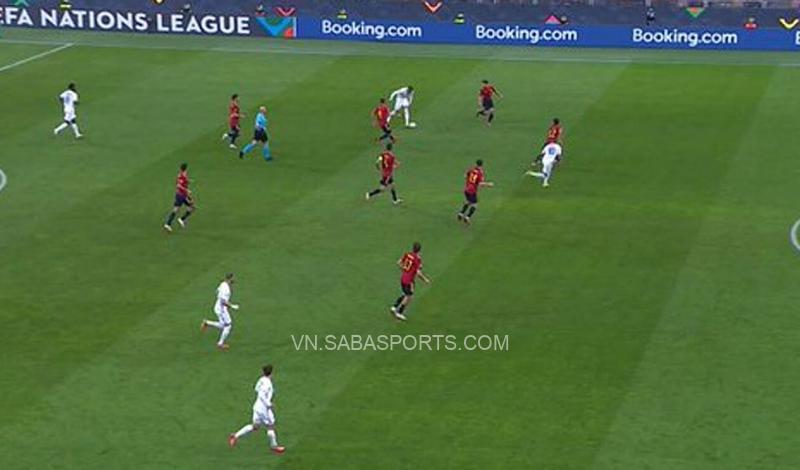 Mbappe đứng dưới hàng thủ Tây Ban Nha khi đồng đội chuyền bóng cho số 7