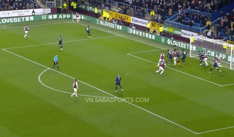 Burnley cũng áp dụng bài đá phạt góc này tại EPL