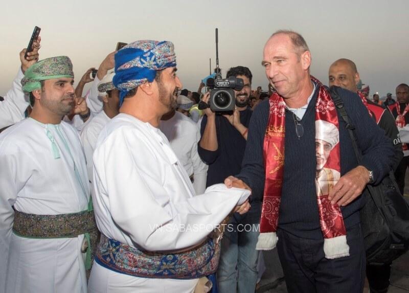 HLV Verbeek (phải) là người đặt nền móng cho sự thành công của ĐT Oman hiện tại