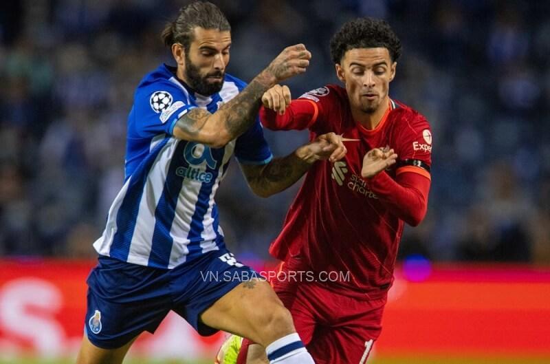 Oxlade thi đấu trong trận gặp Porto ở Cúp C1
