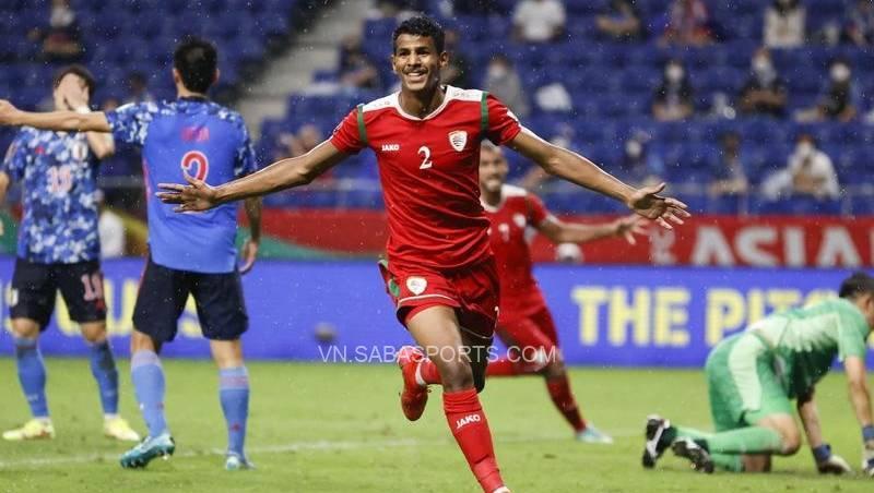 Các cầu thủ Oman bất ngờ đả bại Nhật Bản ở lượt trật đầu tiền